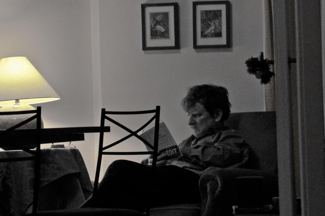 André Lange-Médart lisant la correspondance d'Aragon à André Breton. (Paris, Noël 2011). (Photo : Leah Hervais).