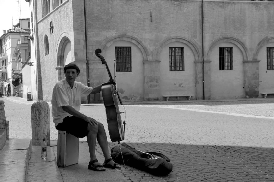 Le violoncelliste de la Piazza del Duomo (Parme, 13 juillet é0&3 (Photo : André Lange-Médart)