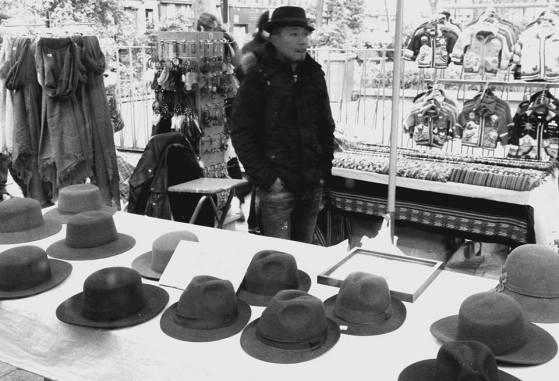 Le marchand de chapeaux, Boulevard Richard-Lenoir. (Photo : André Lange-Médart)