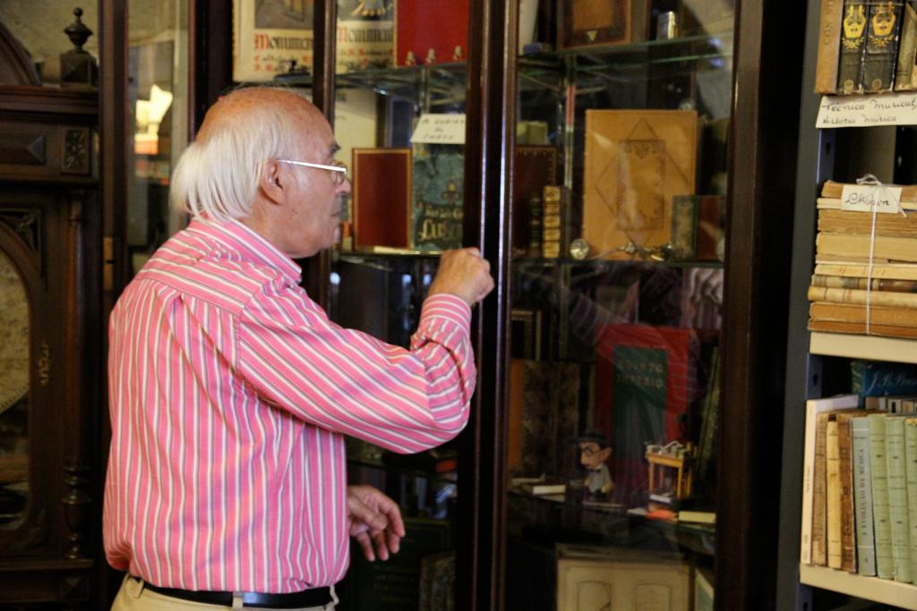 L'alfarrabiste Chaminé da Mota, dans sa boutique de la Rua da Rosa, à Porto (août 2011) (Photo André Lange-Médart)