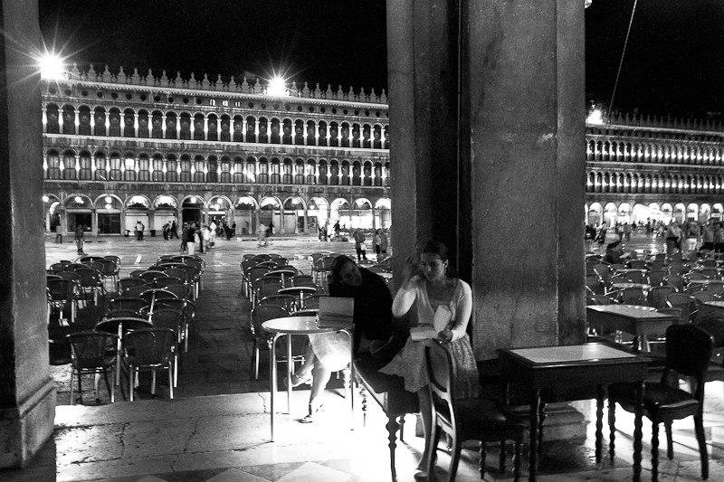 Les belles lectrices du Café Florian (Venise, septembre 2012) (Photo : André Lange-Médart)