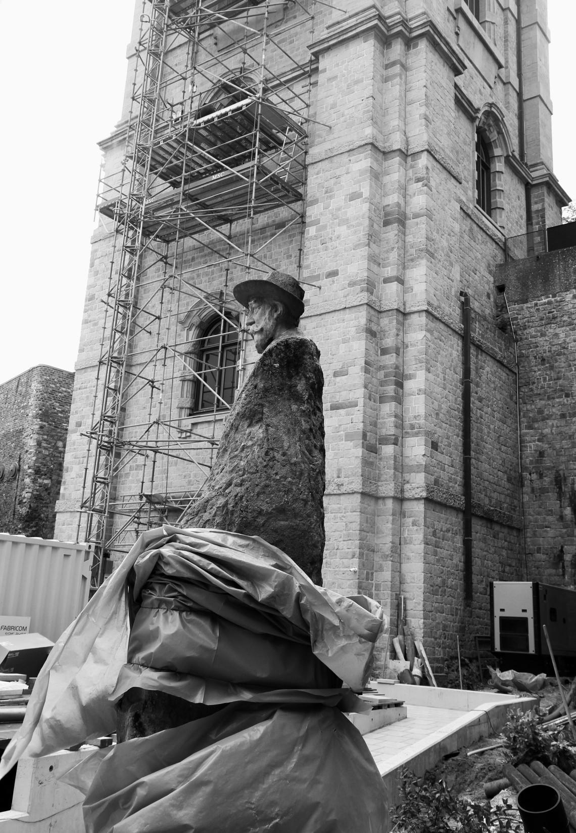 La statue d'Emile Vandervelde devant le beffroi. Mons, juin 2015. Photo : André Lange-Médart