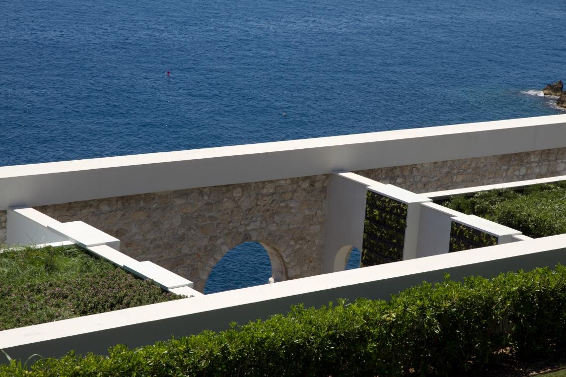 """La mer face à la Villa Orlamonde, ou, plus exactement, aux arcades de la piscine du """"Palais Maeterlinck""""  (Nice, juin 2015)."""