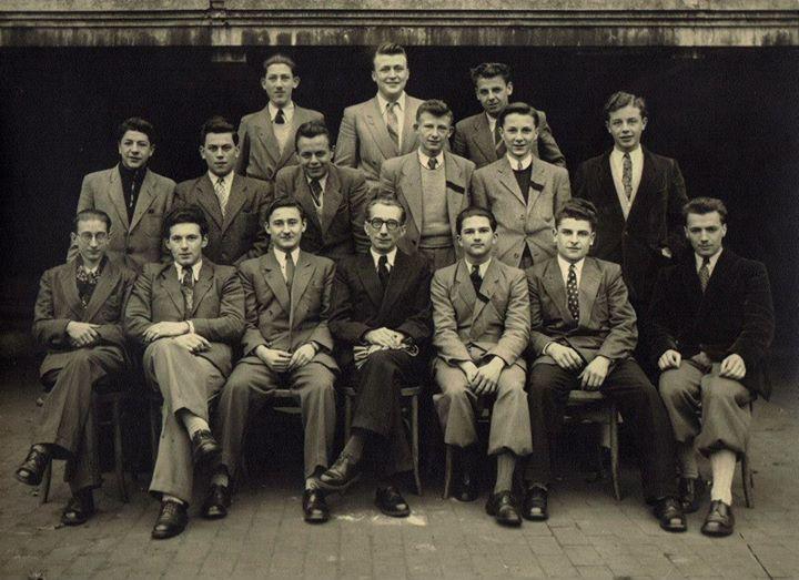 Groupe d'étudiants de l'Athénée royal de Seraing réunis autour du professur Fernand Pirotte.