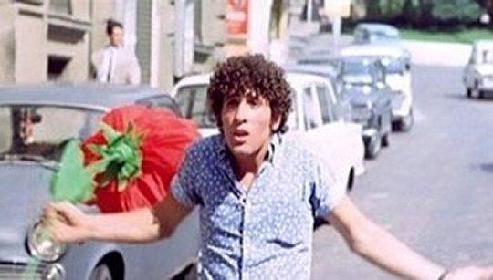 """Ninetto Davoli dans """"La sequenza del fiore di carta"""" de Pier Paolo Pasolini (in Amore e rabbia, 1969)"""