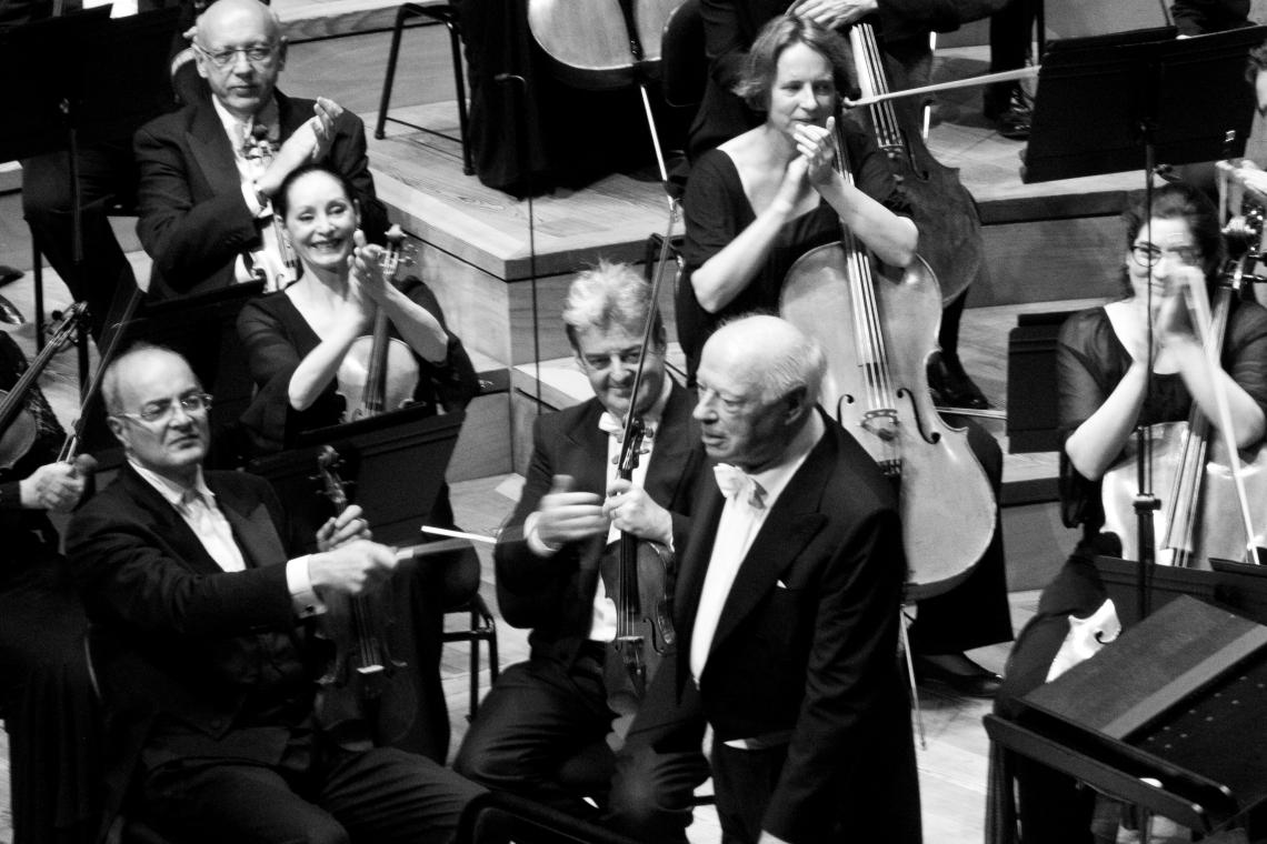 Bernard Haiting parmi ses musiciens. Photo : André Lange-Médart