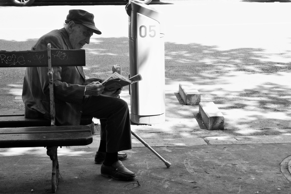 Le lecteur de journaux (Avenue de la République, Paris, juin 2015) Photo André Lange-Médart