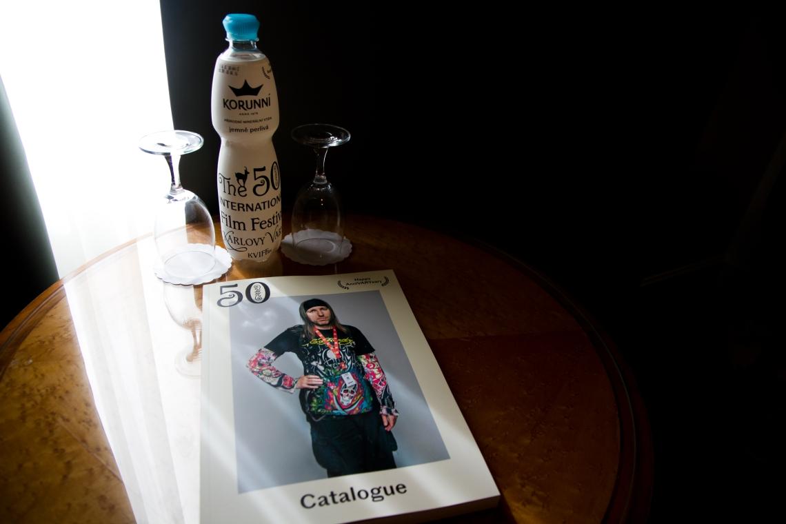 Catalogue et eau du 50ème Festival international de Karlovy Vary. Photo : André Lange-Médart