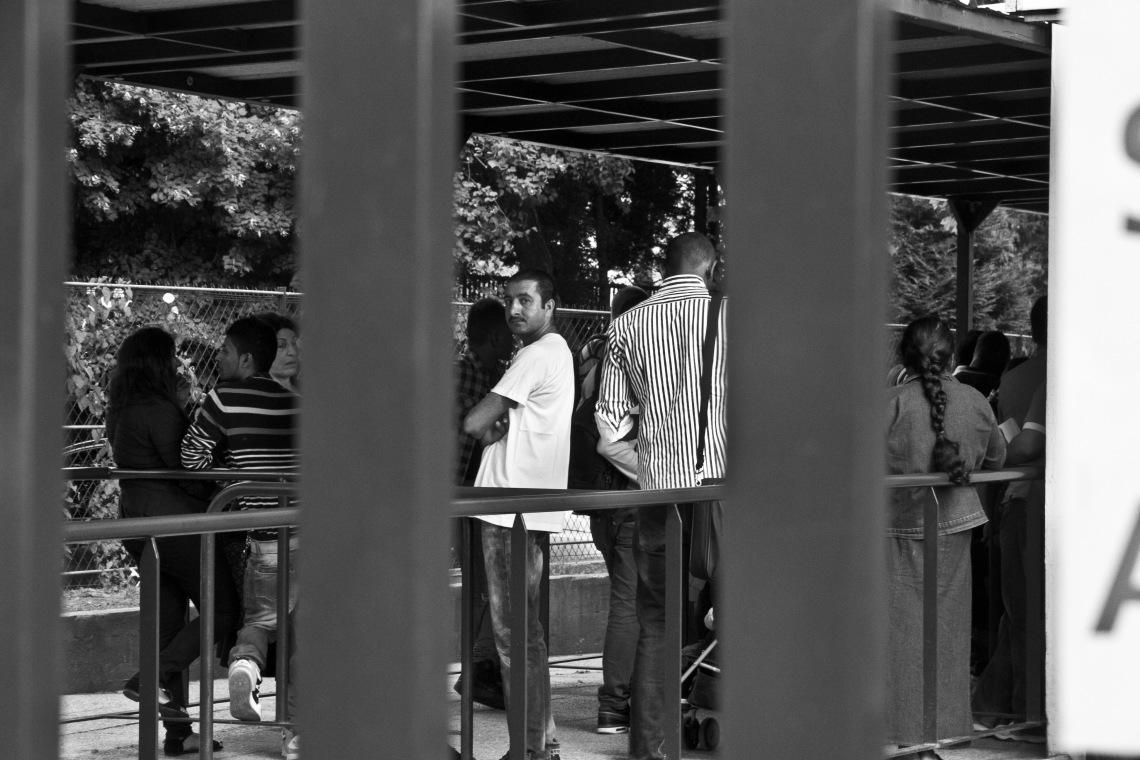 Demandeurs d'asile à la Oréfecture de Paris, Porte de Clignancourt. Photo André Lange-Médart