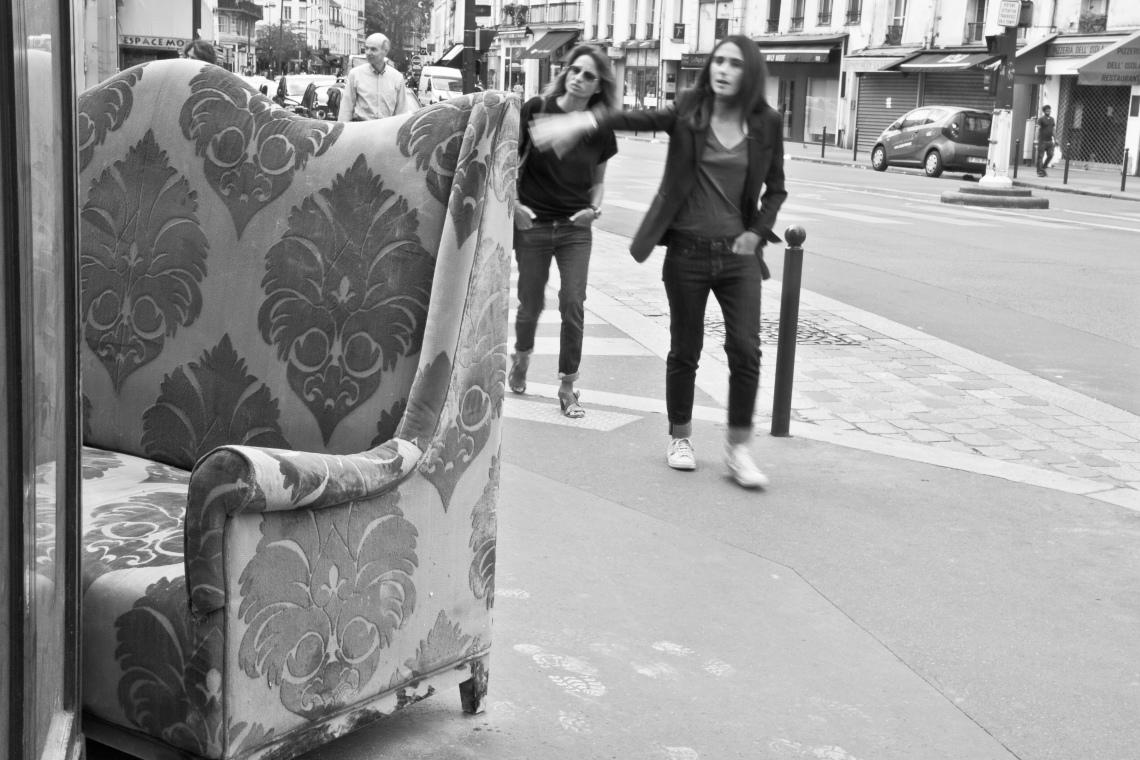 Sofa, rue du Faubourg Saint-Antoine. Photo André Lange-Médart