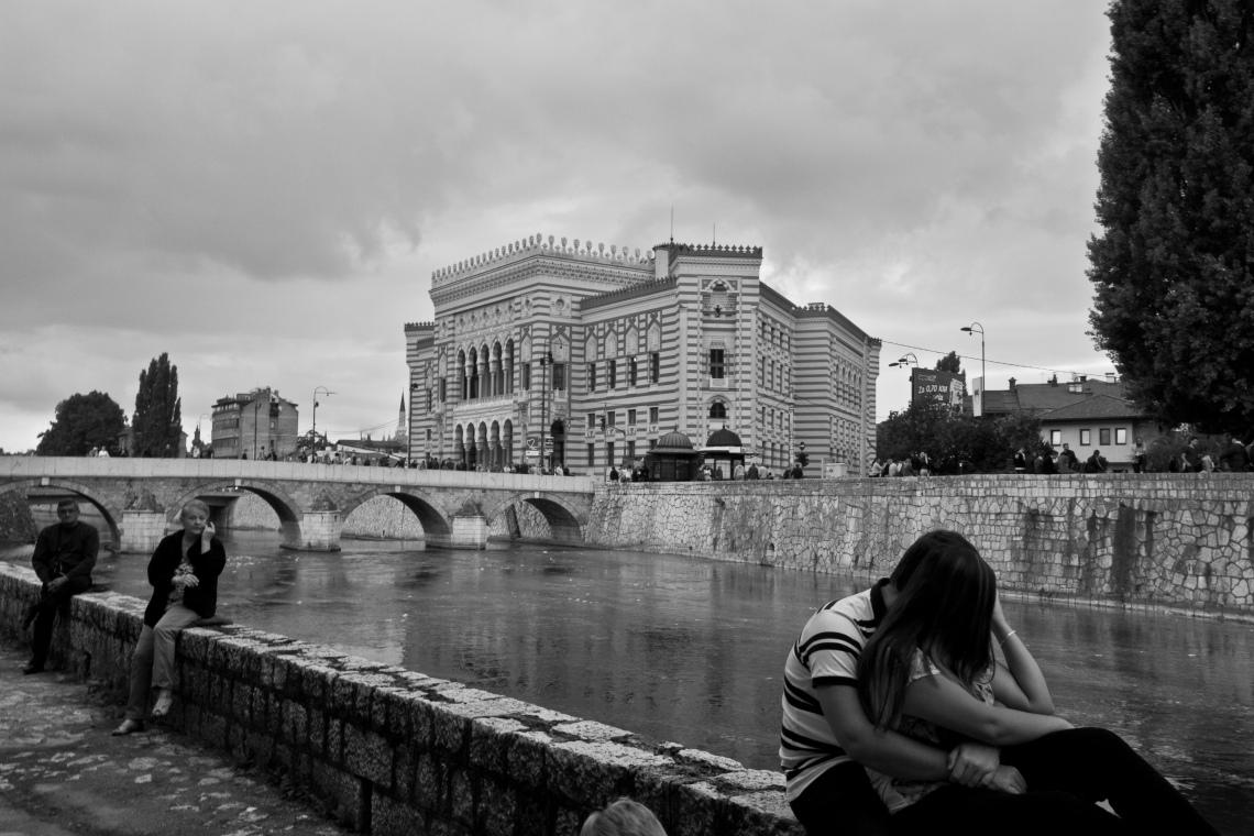 Amoureux devant la nouvelle Bibliothèque nationale (Sarajevo, août 2015) Photo André Lange-Médart