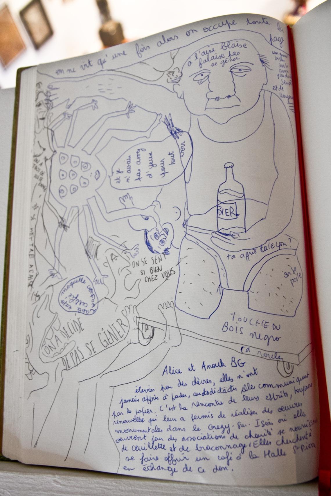 """Livre d'or de l'exposition """"Les cahiers dessinés"""" (Halles Saint-Pierre). Photo André Lange-Médart"""