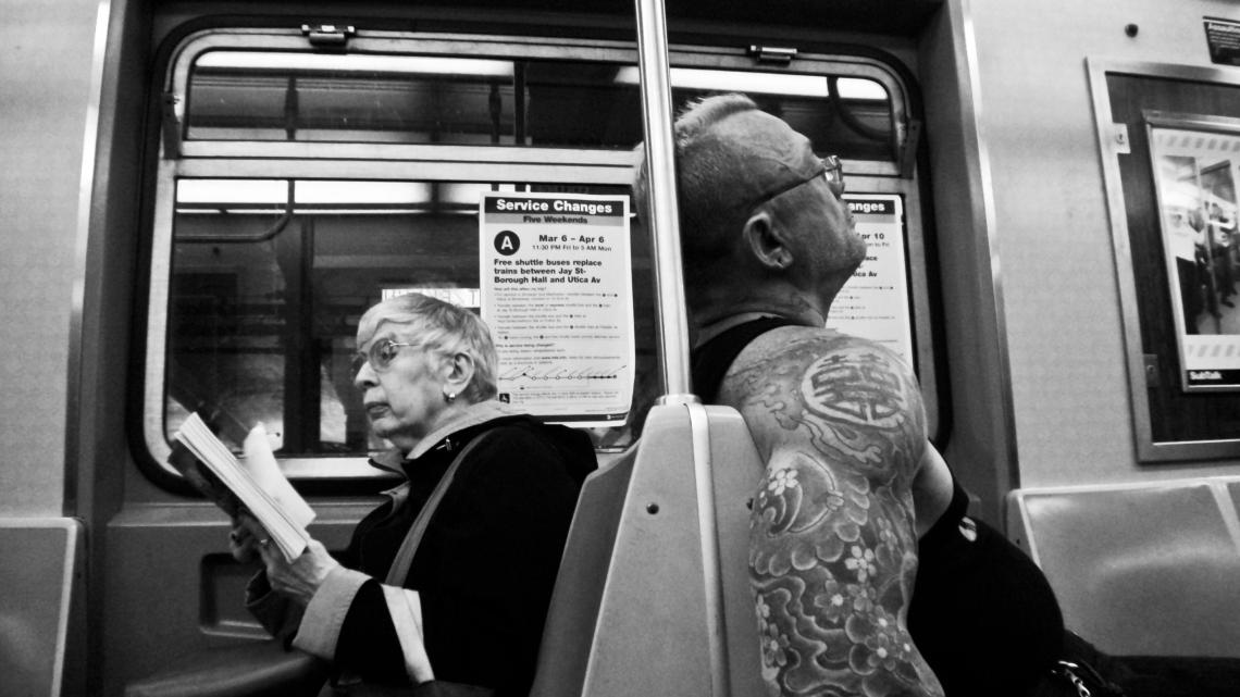 La lectrice et son garde du corps (New York, mars 2009) Photo André Lange-Médart.