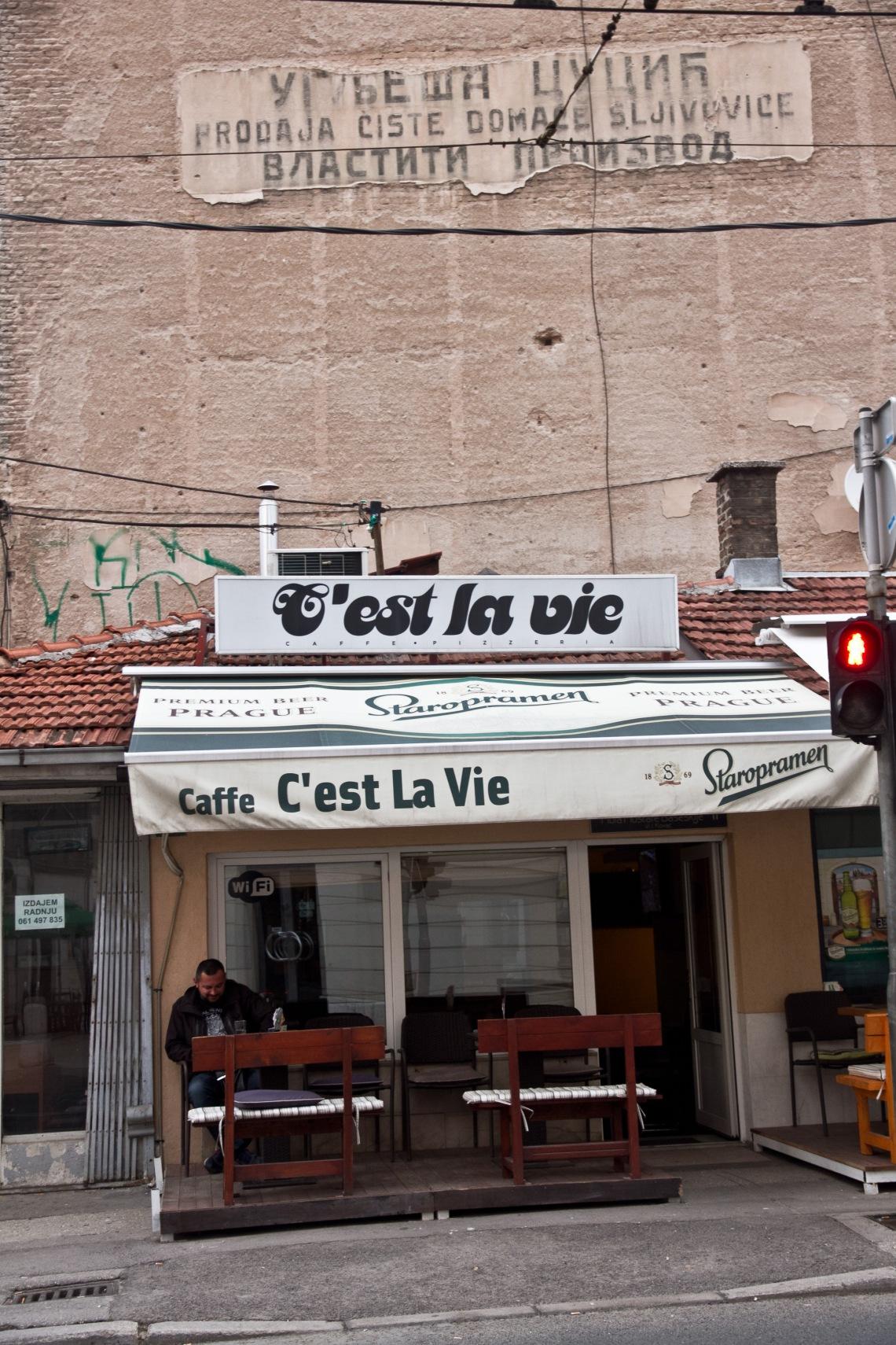 """Café """"C'est la vie"""" (Sarajevo, août 2015) Photo André Lange-Médart"""