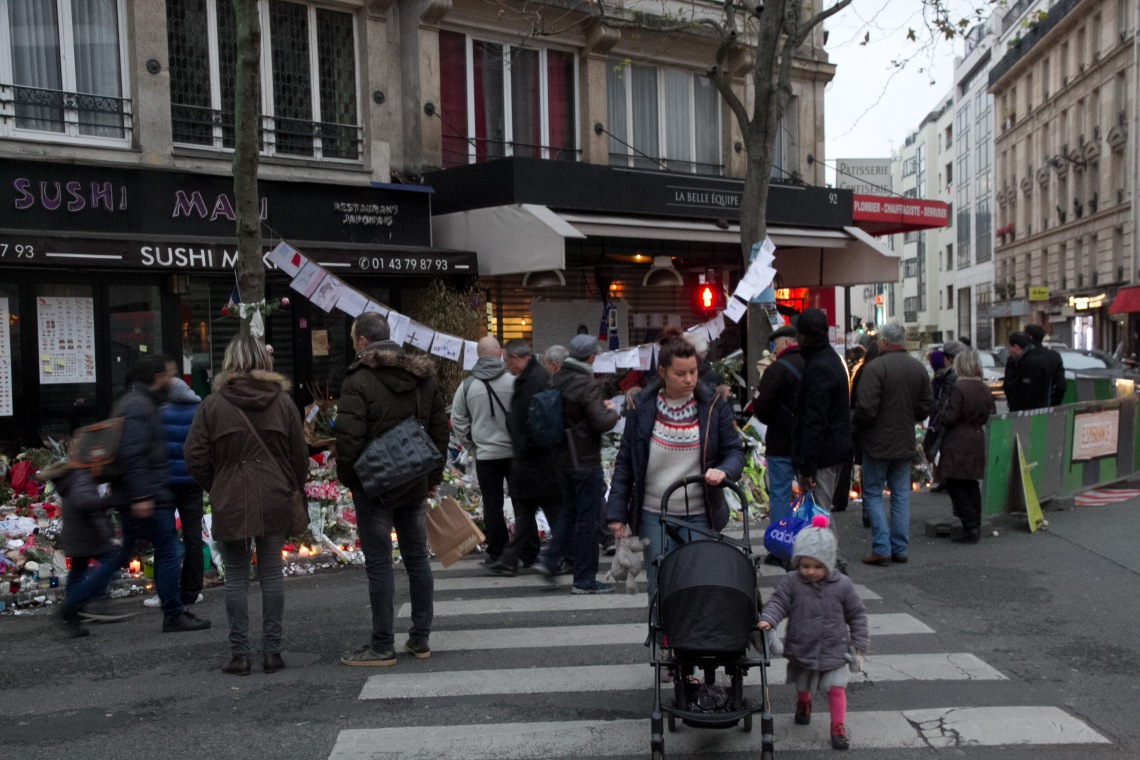 Devant le restaurant La belle équipe, rue de Charonne.